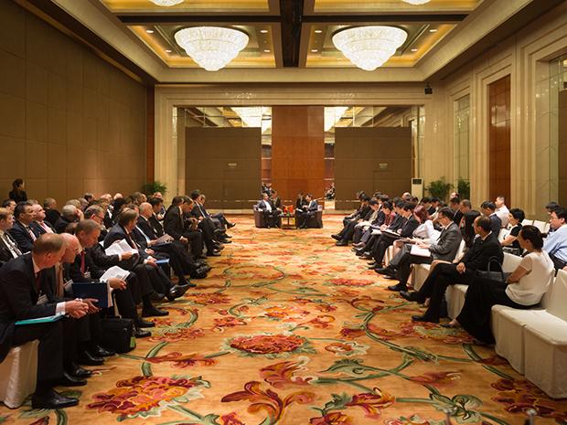 17. Juli 2015, Peking, Grand Hyatt Hotel, Ministerreise des Wirtschaftsministeriums nach China mit Sigmar Gabrie, Gespräch dem chinesischen Minister für Industrie MIAO Wei ind der Delegation